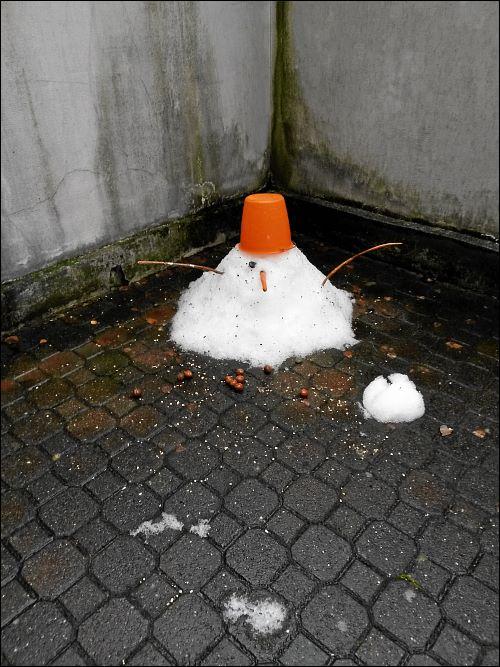 In die Ecke getriebener, einäugiger Schneemann