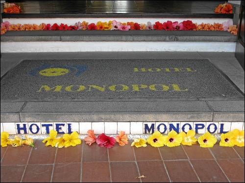 Blütendekoration am Eingang des Hotel Monopol