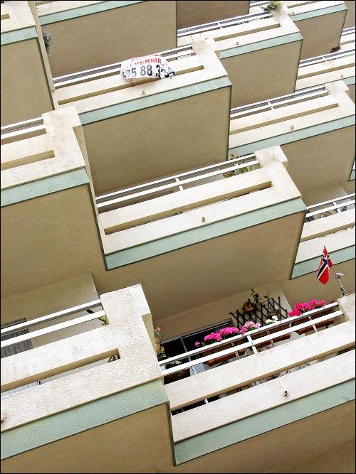 gesichtlos-grusige Balkonfront eines überdimensionalen Apartment-Hochbunkers