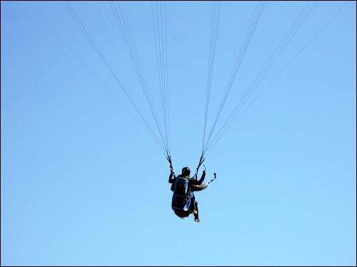 Gleitschirm-Tandemspringer beim Landeanflug