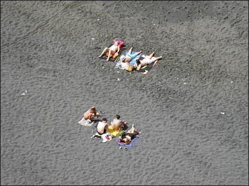 Erholungssuchende an einsamen Strande