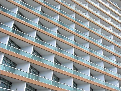Hotelfassade mit eingerückten Mini-Balkons