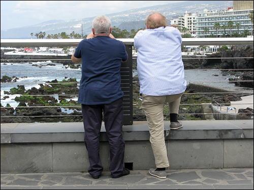 Zwei Männer in Betrachtung der Küstenlandschaft