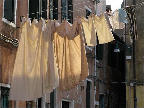 Wäsche beim Trocknen in der sommerlich schwülwarmen Lagunenstadt Venedig