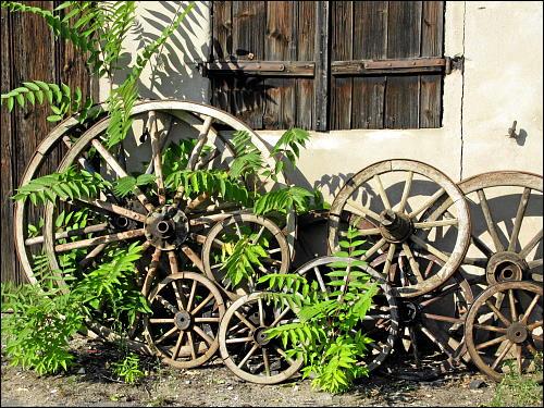 Sammlung alter Wagenräder im Fürther Niemandsland