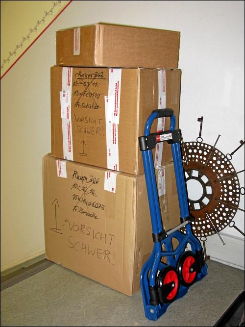 zum Abtransport bereitgestellte Platten-Pakete