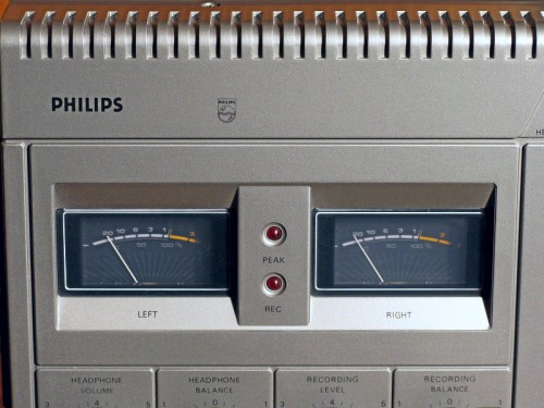Die Aussteuerungsinstrumente des Philips N2521 (Foto: Ralph Stenzel)