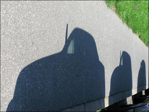 Schatten geparkter Kraftwagen an der Karolinenstraße