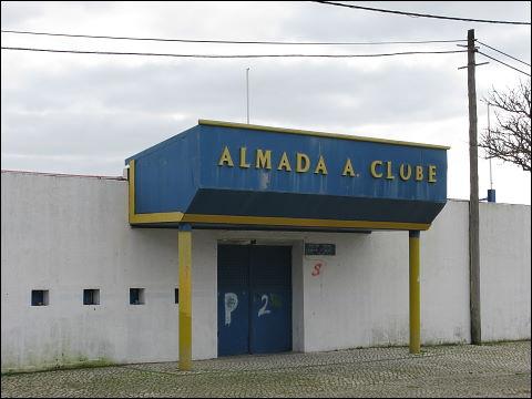 Zugangstor eines Sportgeländes (Almada ggü. Lissabon)