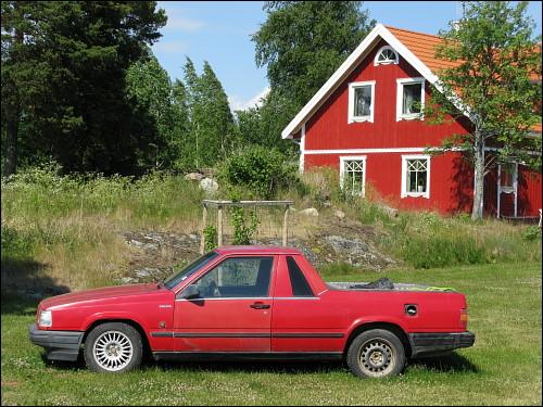 typisches Schwedenhaus mit untypischem Volvo-Pickup