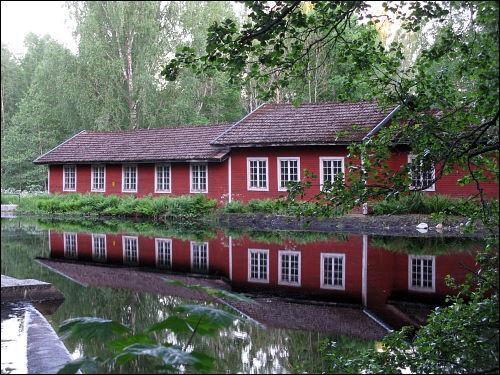 alter Industriebau an künstlich aufgestautem Gewässer