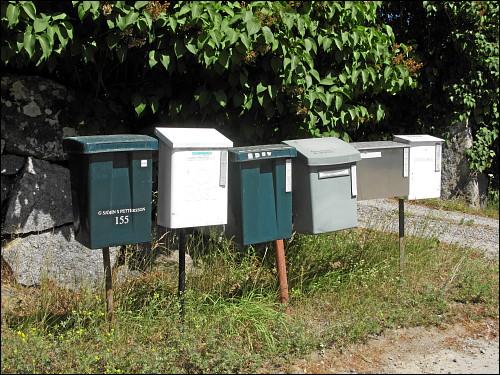 Briefkästen in Reih' und Glied