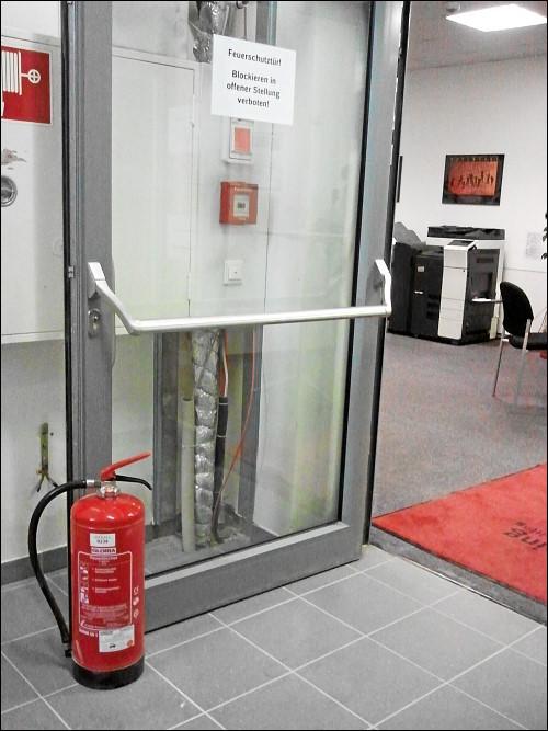 unzulässigerweise offen fixierte Feuerschutztür in des zonebattler's eigenem Zuständigkeitsbereich