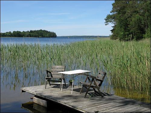 Holzsteg am See-Ufer mit privater Sitzgelegenheit