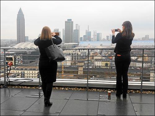Dachterrassenbesucherinnen beim Pausenknipsen