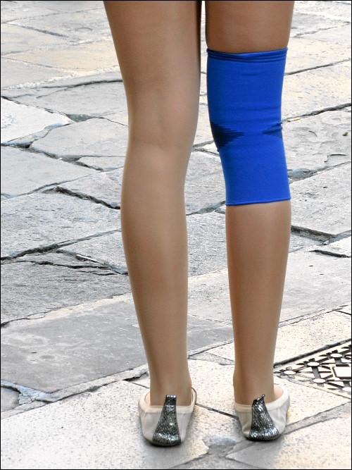blau beschütztes Knie einer Barcelona-Besucherin