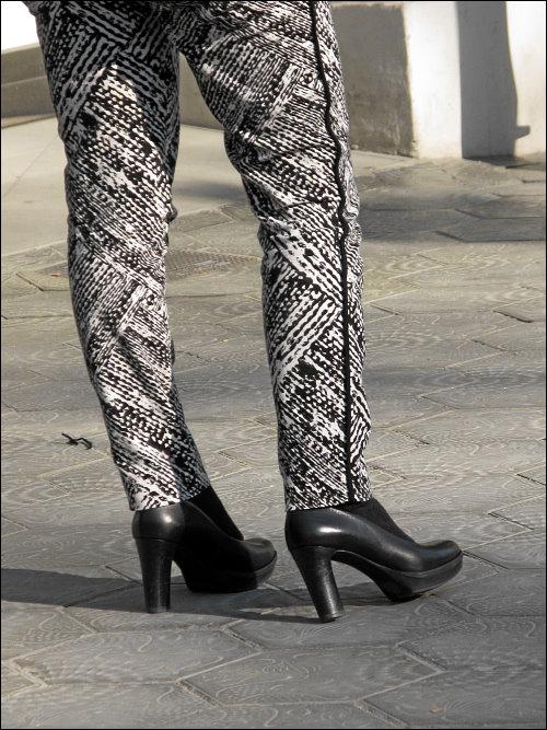 Monochrome Damenbeine in Barcelona