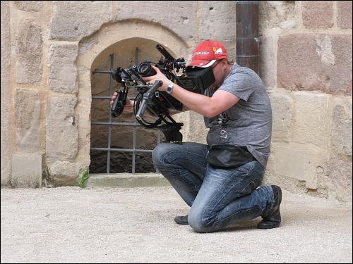 Kameramann beim Filmen aus der Froschperspektive