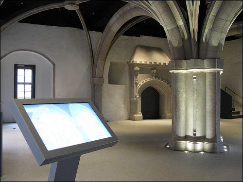 Gewölbesaal mit rekonstruiertem Kamin