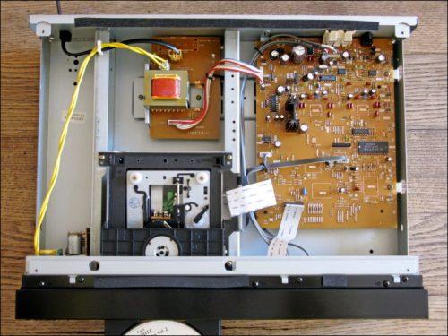 Viel Luft unter der Haube: der geöffnete SONY CDP-X222ES