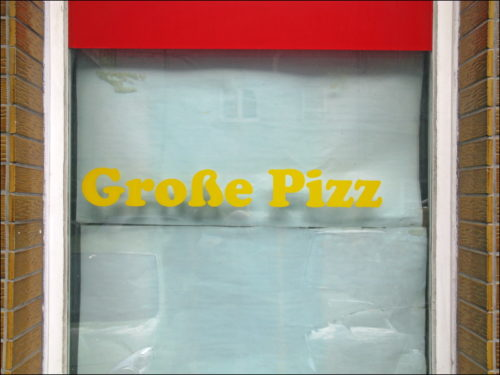 Fenster einer Pizzeria in der Leyher Straße zu Fürth
