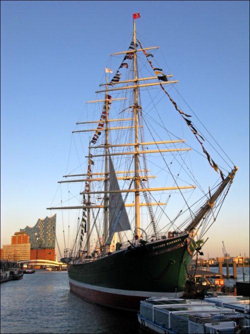 Elbphilharmonie und Segelschiff »Rickmer Rickmers« im Hamburger Hafen