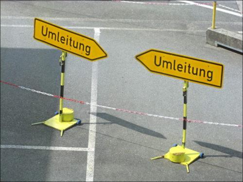 Umleitungsschilder auf dem Flugfeld des Nürnberger Flughafens