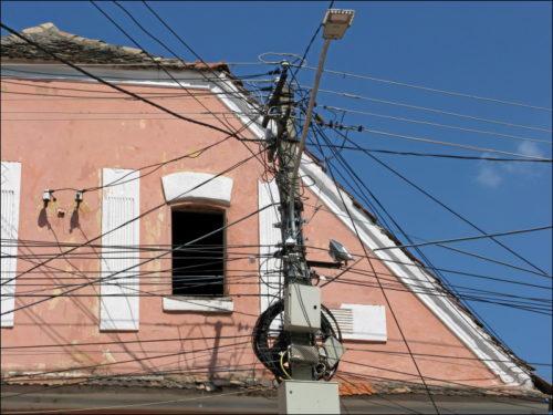 Kabelverhau vor historischem Bau