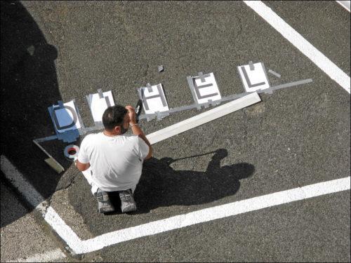 Maler mit Rechtschreibschwäche bei Vorbereitungsarbeiten