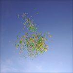 Massenstart von Luftballons beim Eintreffen des Kärwa-Umzuges am Rathaus