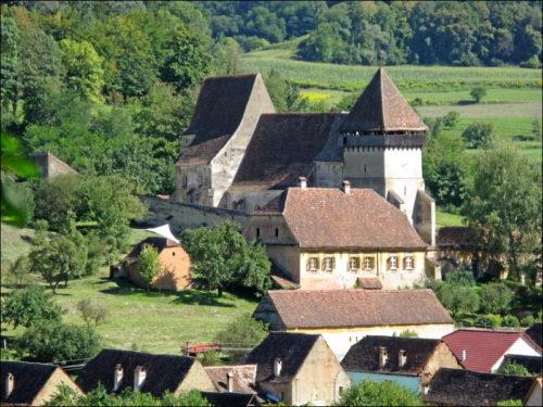 Die Kirchenburg von Copșa Mare aus der Distanz