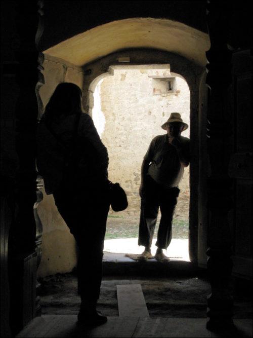 Besucherin und Kirchenwächter im Zwiegespräch