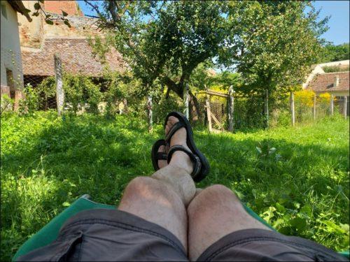 Langgestreckte Entspannung im ehemaligen Pfarrgarten von Richiș (Reichesdorf)