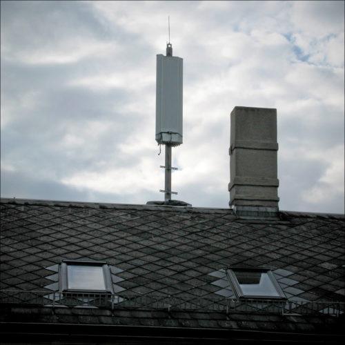 Der freigelegte Antennenmast, aller Anschlußkabel ledig