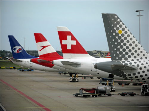 Bunte Maschinen-Mischung am Flughafen Amsterdam Schiphol