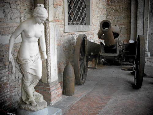 Artefakte aus Stein und Stahl im Castello di Udine