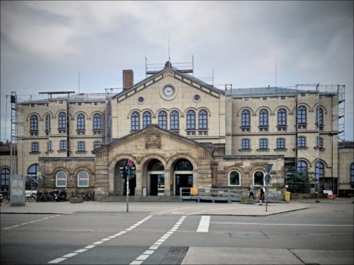 Restaurierungsbedingt folienverhängtes Empfangsgebäude des Fürther Hauptbahnhofes