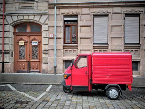 Rotes Winzmobil in der Fürther Oststadt