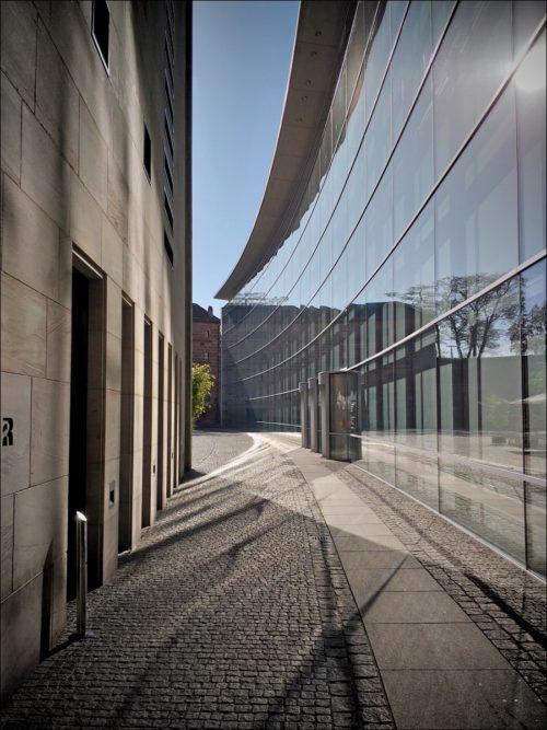 Geschwungene Glasfassade des Neuen Museums Nürnberg