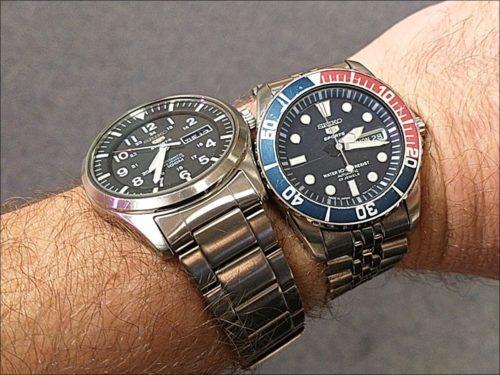 Ein Handgelenk, zwei Uhren: ebenso unnötige wie unbemerkte Redundanz!