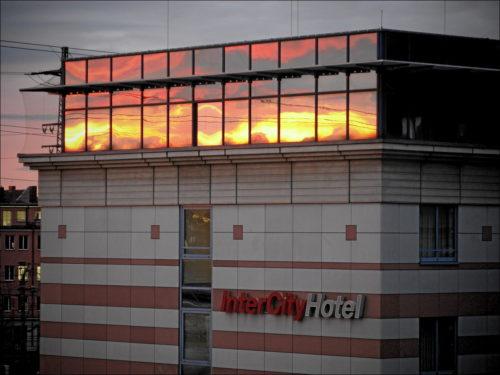 Morgendliche Spiegelungen am InterCityHotel Nürnberg Hbf