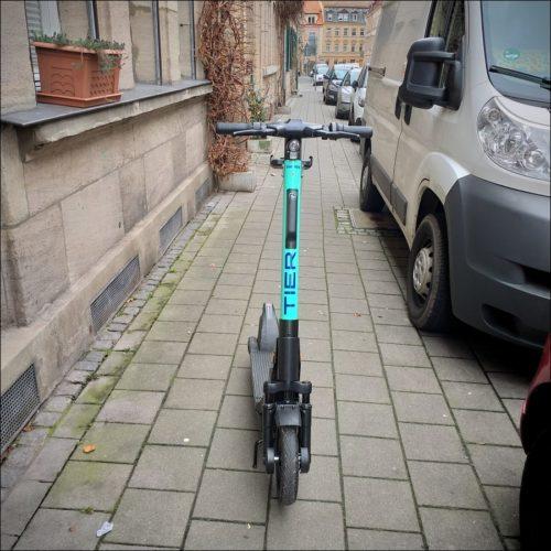 Jetzt auch in Fürth: von Deppenhand bürgersteigmittig abgestellter E-Roller