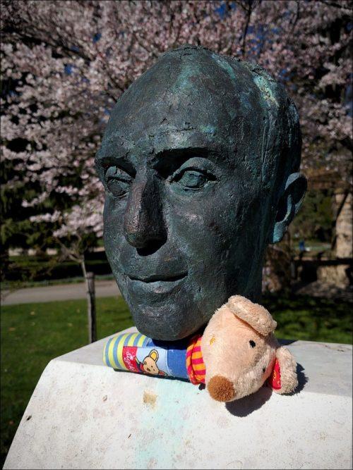 Im Fürther Stadtpark verlorenes Baby-Greifspielzeug, von Finderhand originell plaziert