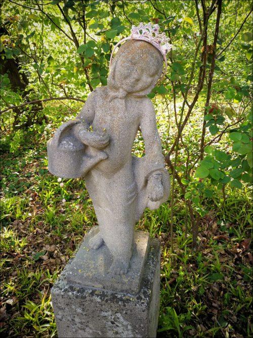 Gekrönte Steinfigur im Schulgarten des Fürther Stadtparks