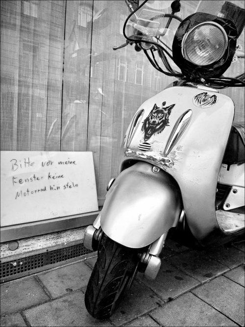 Wunschwidrig abgestellter Motorroller