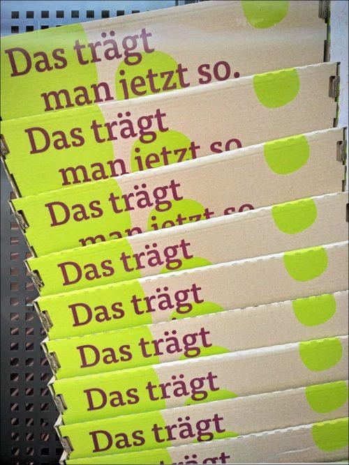 Gestapelte Transportkartons in einem Supermarkt