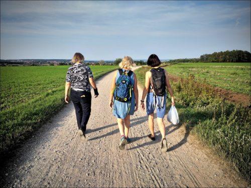 Wanderinnen im laufenden Gespräch