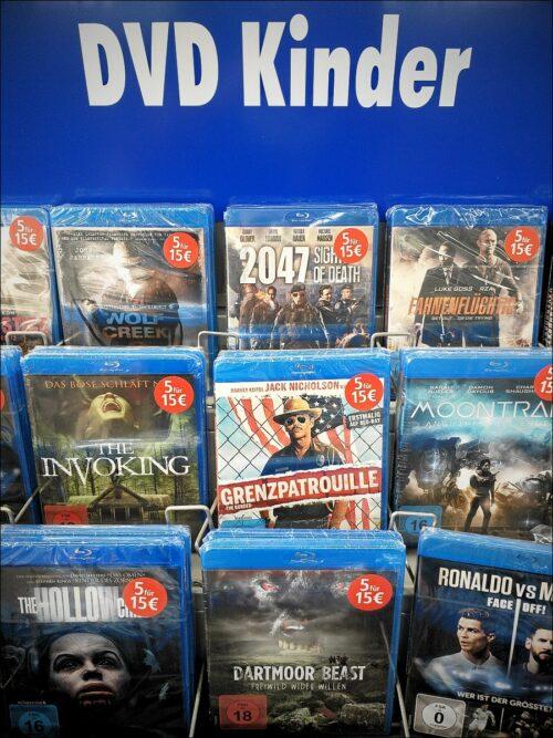 Merkwürdiger Mix: Blu-ray-Verkaufsregal in einem Nürnberger Elektromarkt