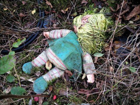 Tatort Bahngelände: erschreckend realistisches Puppen-Opfer